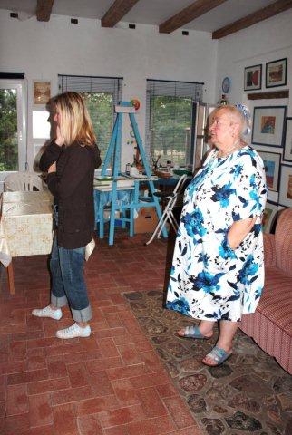 Besucher in der Galerie - rechts Regina Seidel
